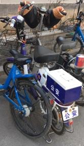 links das blaue Mietvelo, rechts das Polizei-Töffli